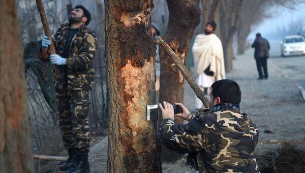 Афганские силы безопасности осматривают место нападения террористов-смертников в Кабуле. 5 января 2018