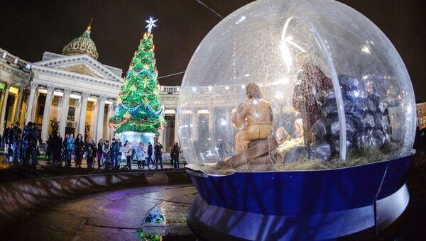 Казанская площадь в Санкт-Петербурге, украшенная к Новому году и Рождеству