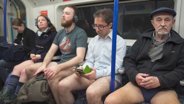 Шапку можешь оставить: пассажиры без штанов прокатились в метро Лондона