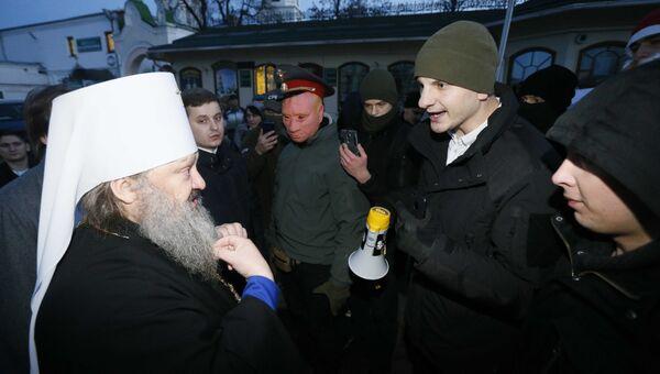 Митрополит Вышгородский и Чернобыльский Павел ведет переговоры с протестующими возле Киево-Печерской лавры. 8 января 2018