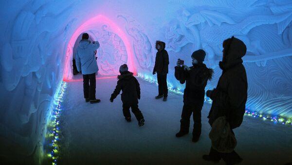 Посетители в тоннеле экскурсионно-туристического центра Снежная Деревня в Кировске