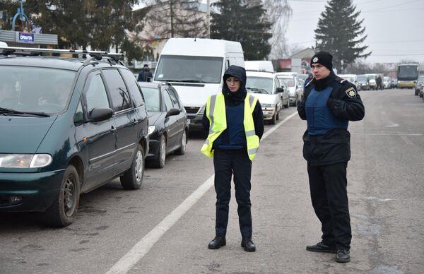 Сотрудники полиции во время акции протеста на границе между Украиной и Польшей. 10 января 2018