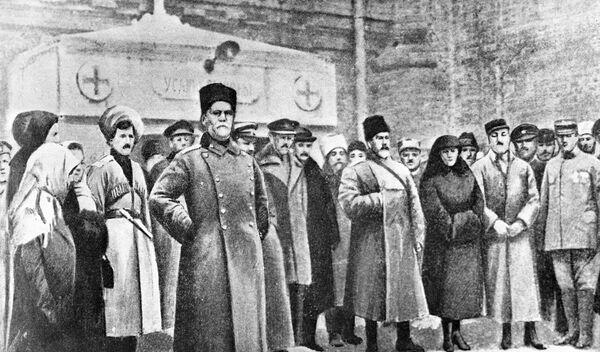 Генерал Антон Деникин возлагает венок на могилу генерала Михаила Алексеева в Екатеринодаре. 1918 год