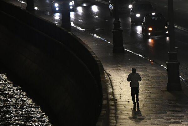 Прохожий на Кремлевской набережной в Москве