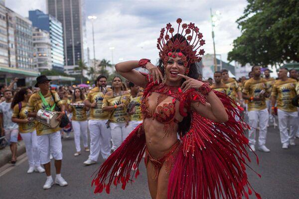 Танцоры школы самбы на уличном параде у пляжа Копакабана в Рио-де-Жанейро, Бразилия