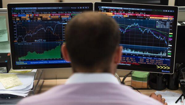 Сотрудник в офисе московской биржи