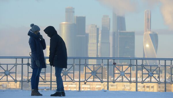 Молодые люди на смотровой площадке РАН в Москве