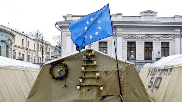 Флаг ЕС в палаточном городке у здания Верховной Рады в Киеве
