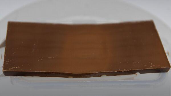 Шоколад на статичной подложке расплавился в месте, куда падают электромагнитные волны