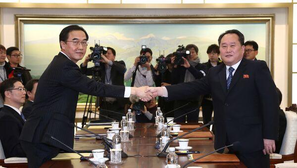 Главы делегаций Северной и Южной Кореи во время встречи в  в приграничной деревне Панмунджом. 9 января 2018