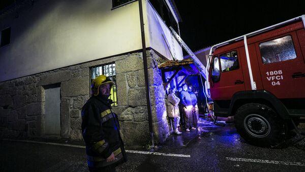 Пожарные у здания местного общинного центра, где во время пожара погибло восемь человек в Вила-Нова-да-Рейнха в Тонделе, Португалия. 13 января 2018