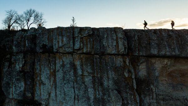 Люди на скале в Крыму