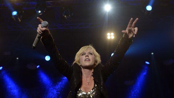 Долорес О'Риордан выступает на концерте в Барселоне