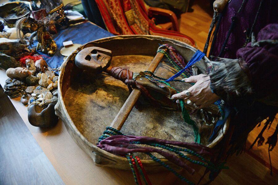 Шаманский бубен, принадлежащий председателю общества Адыг-Ээрен (Дух медведя), верховному шаману Тувы Кара-оол Тюлюшевичу Допчун-оол