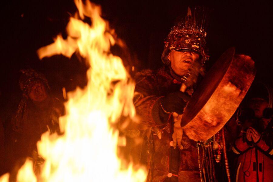 Участник шаманского общества Дунгур во время обряда провода старого года, накануне встречи Шагаа (Нового года по лунному календарю) в Кызыле