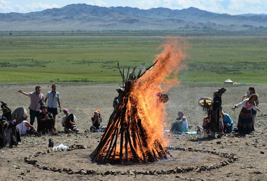 Обряд на закрытии международного фестиваля Зов 13-ти шаманов в Республике Тыва