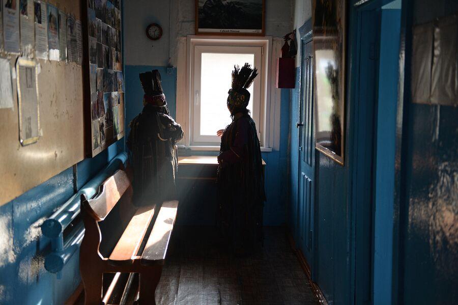 Шаманы общества Адыг-Ээрен (Дух медведя) в ожидании посетителей в доме, где находится шаманское общество в Кызыле