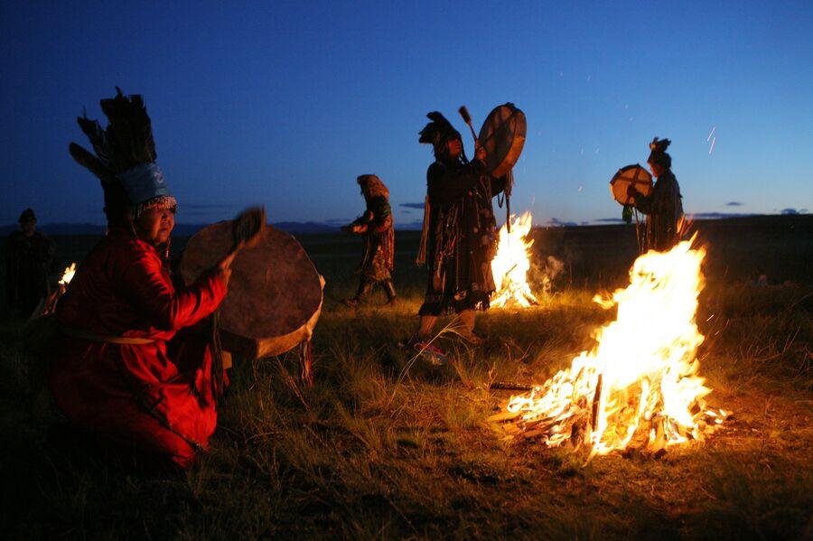 Шаманы принимают участие в великом камлании к 9-летию тэнгрианского общества Дух медведя и 90-летнему юбилею образования Тувинской народной республики
