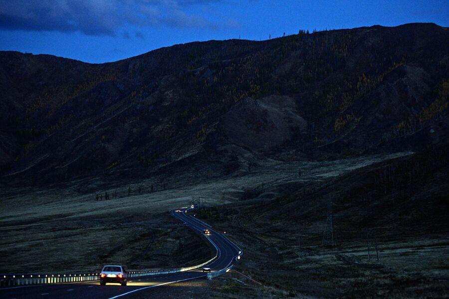 Автомобильная дорога в горах в Республике Тыва