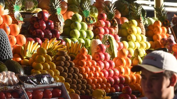 Прилавок с фруктами на Дорогомиловском рынке в Москве