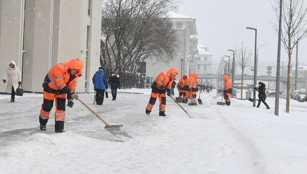 Сотрудники коммунальных служб Москвы ликвидируют последствия сильного снегопада на Зубовском бульваре. 18 января 2018