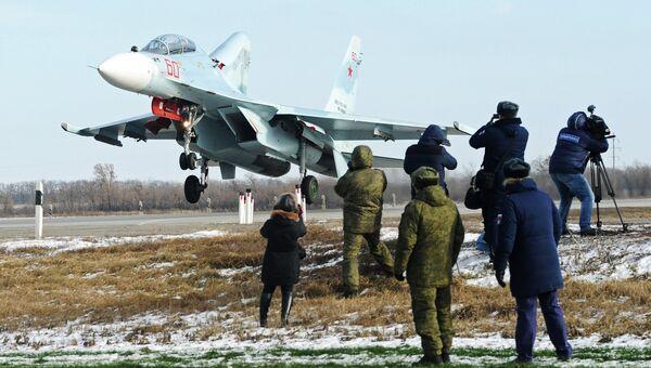 Журналисты наблюдают за посадкой на автотрассу в Ростовской области тяжелого истребителя Су-30М2 в ходе летно-тактических учений 4-й армии ВВС и ПВО Южного военного округа