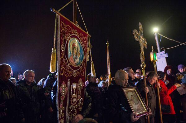 Верующие во время освящения воды в Крещенский сочельник в бухте Казачей в Севастополе