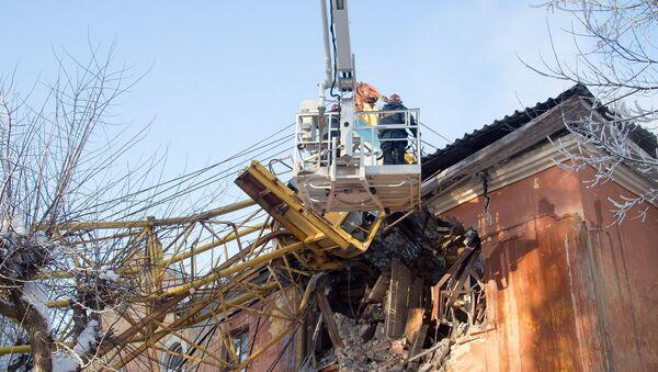 Работы на месте падения крана на жилой дом в Кирове. 19 января 2018