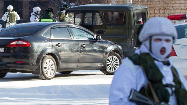 Сотрудник правоохранительных органов в микрорайоне Сосновый бор города Улан-Удэ, где произошло нападение на учеников и преподавателя школы №5