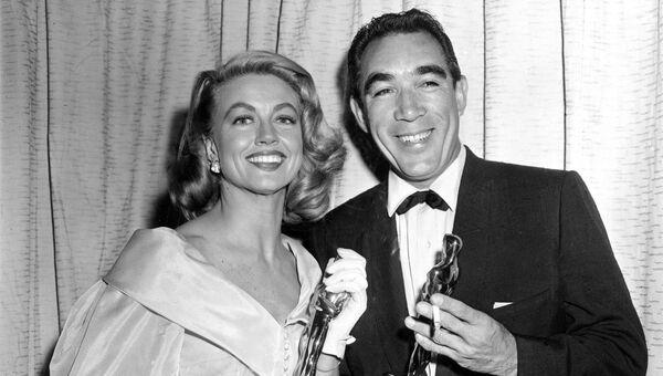 Лауреаты премии Оскар Дороти Мэлоун и Энтони Куинн в Голливуде, Калифорния. 27 марта 1957