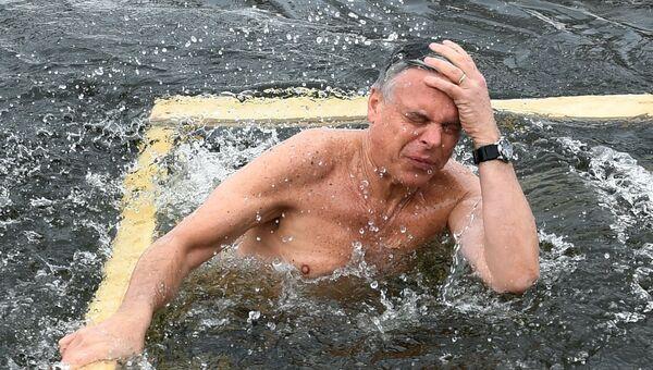 Посол США в РФ Джон Хантсман во время купания в купели Новоиерусалимского мужского монастыря в Московской области. 21 января 2018 года