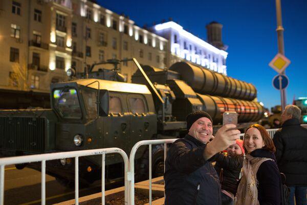 Прохожие фотографируются на фоне зенитной ракетной системы С-400 Триумф во время прохода военной техники по Тверской улице перед репетицией парада Победы на Красной площади