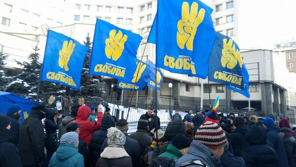 Митинг представителей националистической партии Свобода возле здания Конституционного суда в Киеве
