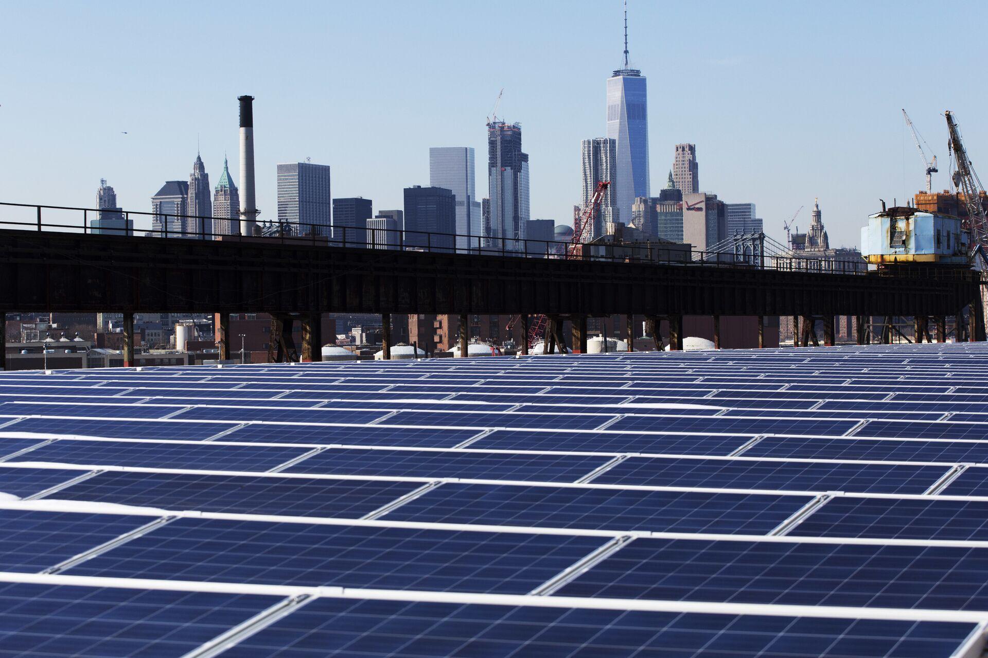 Солнечные батареи на фоне Нью-Йорка - РИА Новости, 1920, 01.12.2020