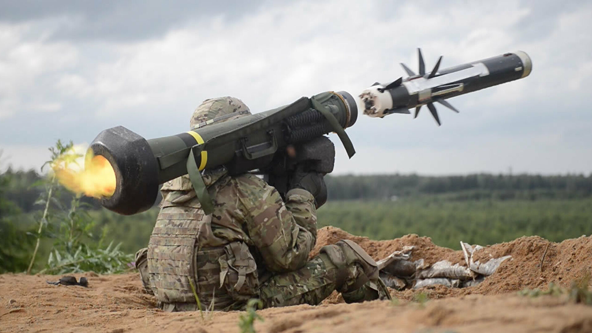 Американский военный производит выстрел из противотанкового ракетного комплекса (ПТРК) Javelin во время учений в Эстонии - РИА Новости, 1920, 28.04.2021