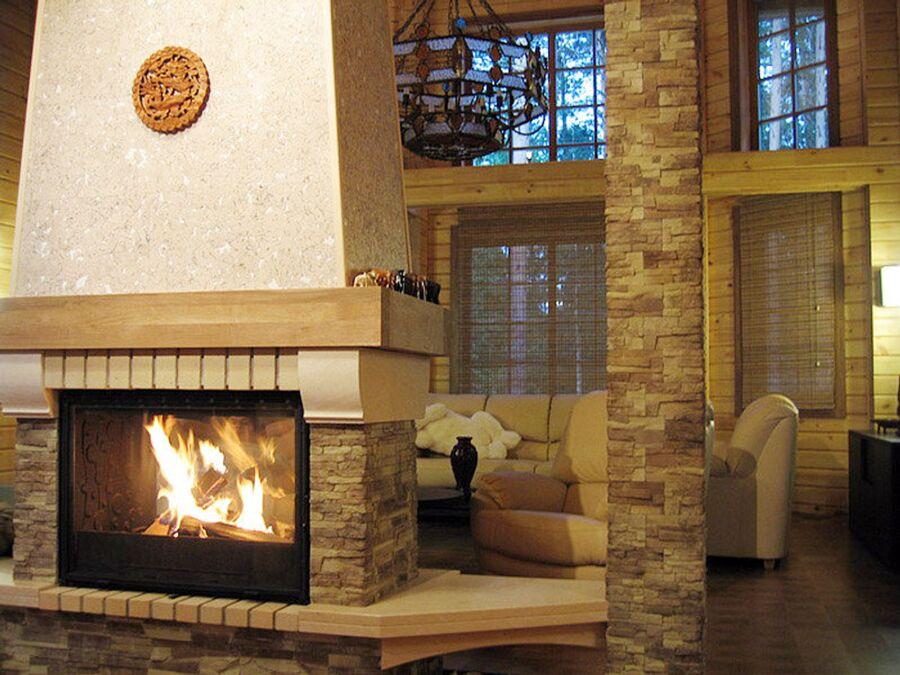 Камин и внутреннее оформление дома из дерева