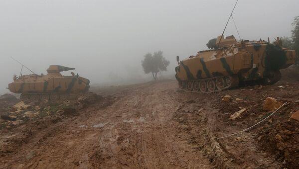 Турецкие военные танки к северо-востоку от Африна, Сирия