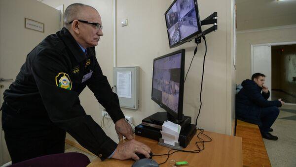 Сотрудник службы безопасности в средней общеобразовательной школе. Архивное фото