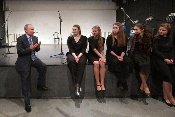 Президент РФ Владимир Путин общается с молодыми актерами во время посещения культурного центра-музея Дом Высоцкого на Таганке
