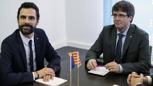 Спикер парламента Каталонии Роже Торрен и экс-председатель каталонского правительства Карлес Пучдемон во время встречи в Брюсселе