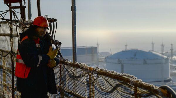 Рабочий на строящемся заводе по производству сжиженного газа Ямал СПГ. Архивное фото