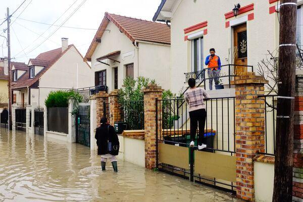 Местные жители на одной из затопленных улиц в Париже, из-за прошедших ливневых дождей