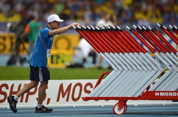 Волонтер на стадионе Лужники во время чемпионата мира по легкой атлетике в Москве