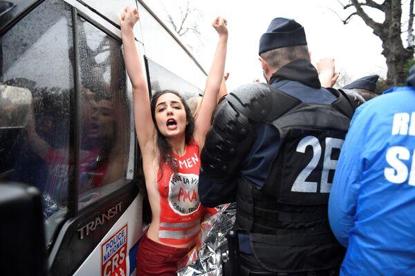 Активистка Femen вмешивается в митинг против абортов Марш за жизнь в Париже. 21 января 2018 года