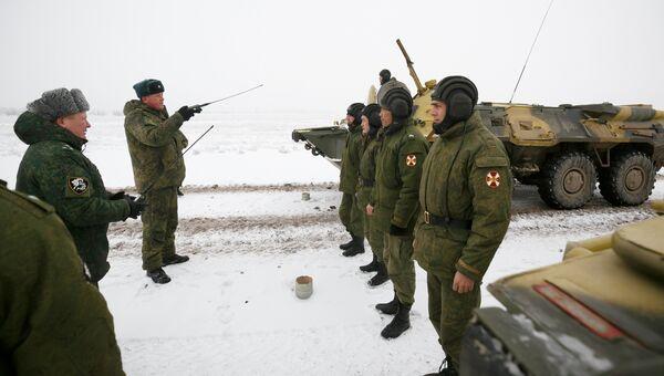 Военнослужащие войск национальной гвардии РФ (Росгвардия) на репетиции парада, который пройдет в 75-ю годовщину победы Сталинградской битвы на Площади павших борцов в Волгограде