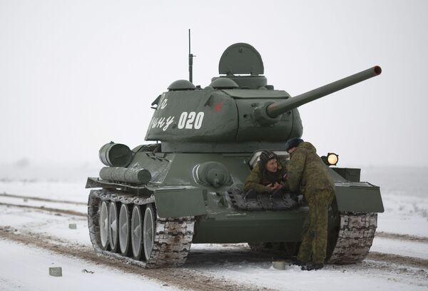 Средний танк Т-34-85 на репетиции парада, который пройдет в 75-ю годовщину победы Сталинградской битвы на Площади павших борцов в Волгограде