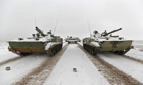 Боевые машины пехоты (БМП-3) на репетиции парада, который пройдет в 75-ю годовщину победы Сталинградской битвы на Площади павших борцов в Волгограде