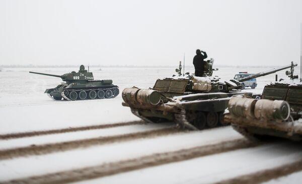 Танки Т-72 и Т-34 на репетиции парада, который пройдет в 75-ю годовщину победы Сталинградской битвы на Площади павших борцов в Волгограде