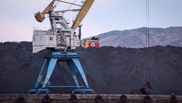 Насыпь угля в северокорейском порте Раджин. Архивное фото