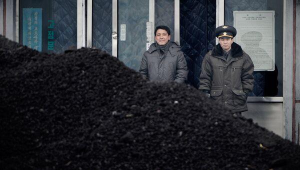 Насыпь угля в районе границы Северной Кореи и Китая
